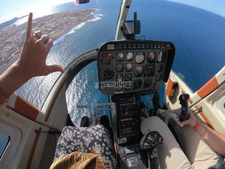 Volando sobre el mar en helicóptero