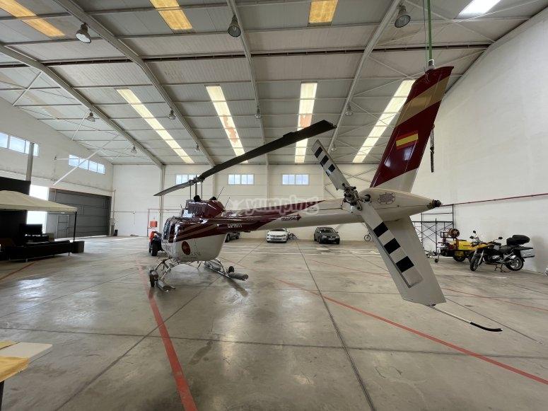 Trasera del helicóptero en el hangar