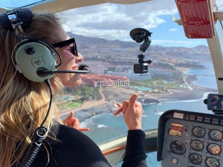 Vuelo sobre la costa en helicóptero