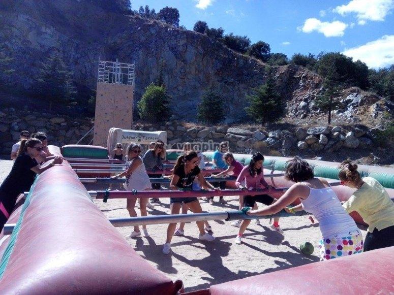 Giocare a calcio balilla umano a San Rafael