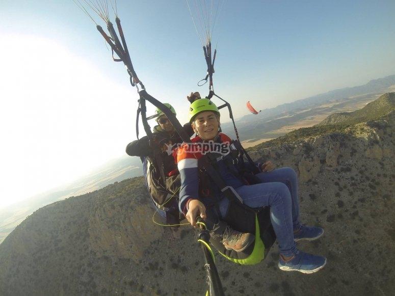 Volando con joven en parapente