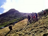 路线山地自行车路线组通过农村进行山地自行车山地自行车路线