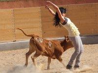 mujer haciendo un recorte a la vaquilla