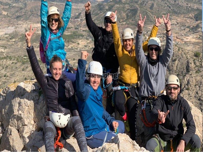 Amigos de escalada en la cima