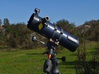 Telescopio apuntando al cielo