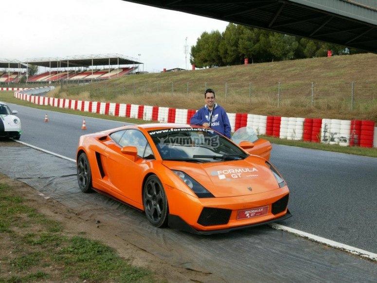 Lamborghini junto al circuito