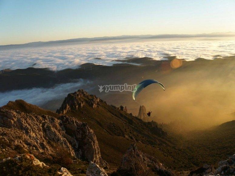 Volo in parapendio sulle montagne