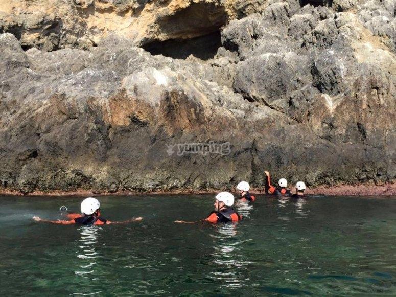 在悬崖旁边做着coasteering