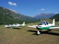 Avionetas en campo abierto