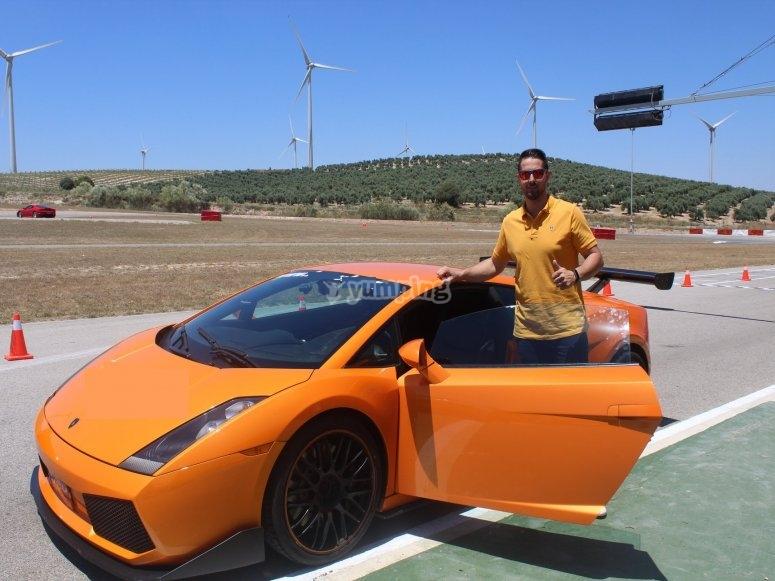 Junto a Lamborghini