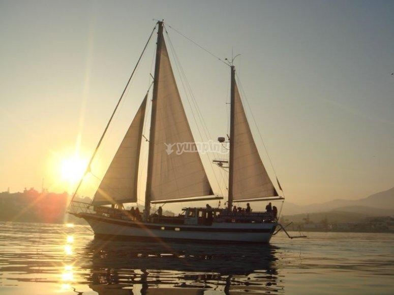 velero a contraluz