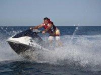 Acrobacia encima de la moto de agua