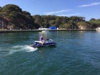 Moto de agua saliendo del puerto