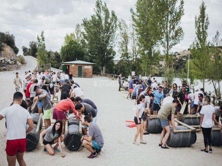 建造筏-999的比赛-建造筏-999的团队拆分-在湖上的筏比赛-999塞哥维亚的美丽环境