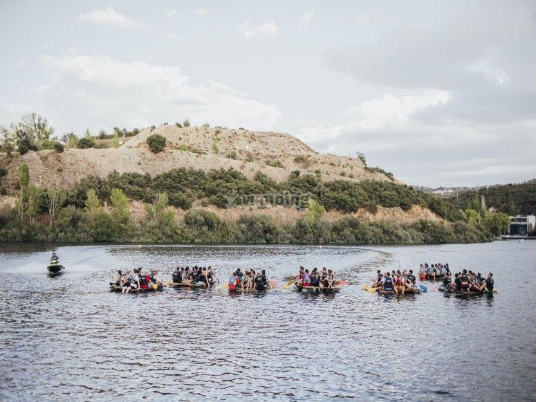 Carrera de balsas en el lago