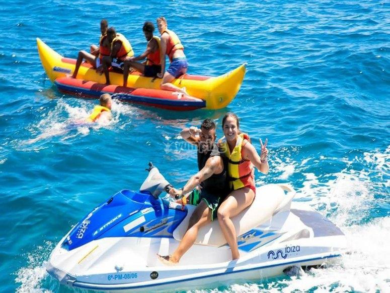 Moto de agua junto a la banana boat