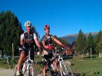visitando las aldeas en bici