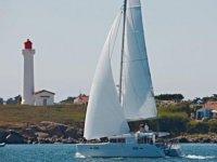 灯塔前的帆船