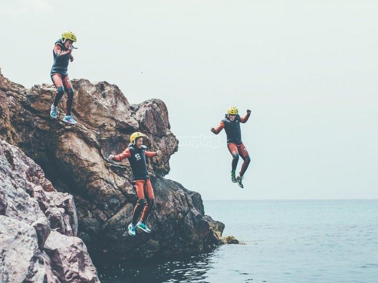 coasteering练习执行跳海从岩石萨尔托