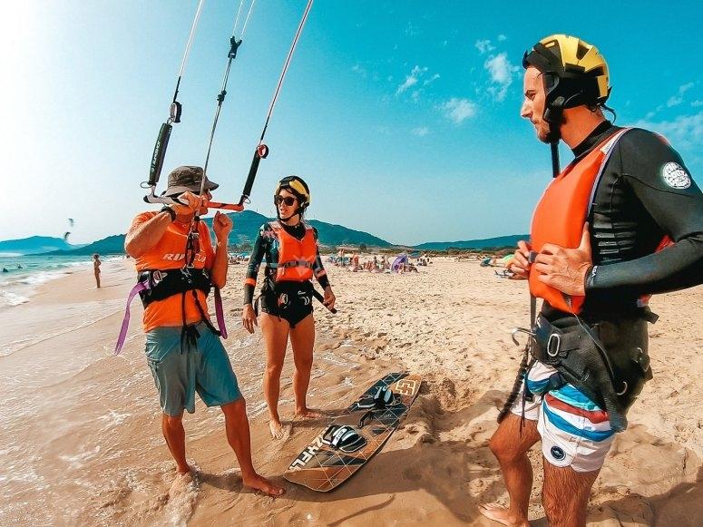 Con los profesores de kitesurf en la orilla