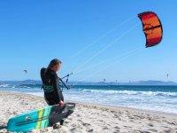En la orilla con el equipo de kitesurf
