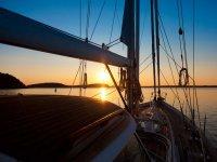 与朋友日落帆船船头