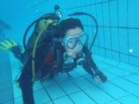 Seascooter淹没在游泳池的底部