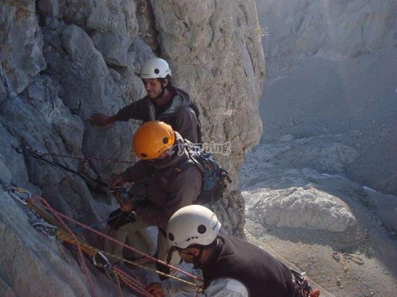 poniedo cuerdas para subir
