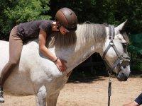 Abrazada al caballo