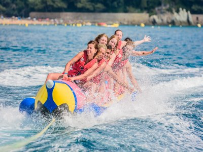 Banana boat en playa de Fenals, 12 minutos