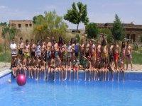 Copertura per piscina con ostello sullo sfondo