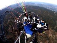 在哈恩(Jaen)测试滑翔伞飞行