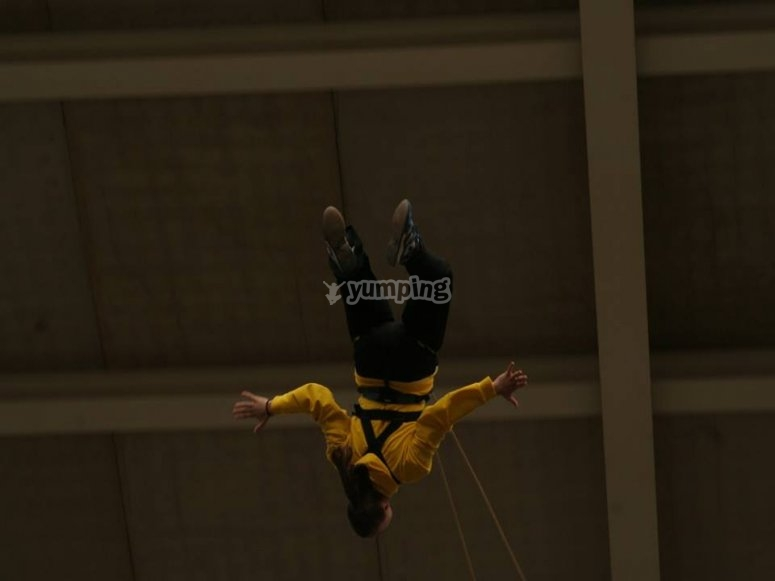 In pendenza dopo il bungee jumping