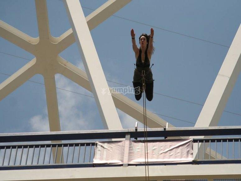 Superdonna che salta dal bungee jumping