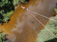 Suspendido encima del rio