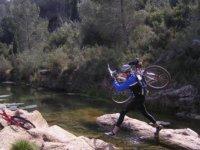 Cruzando el rio con la bici a cuestas