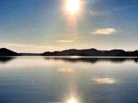 日落平静的水面侧