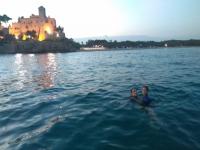 Nuoto con il castello di Tamarit sullo sfondo
