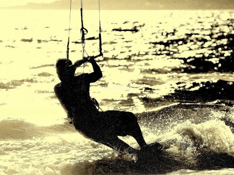 Practicando kitesurf en Denia