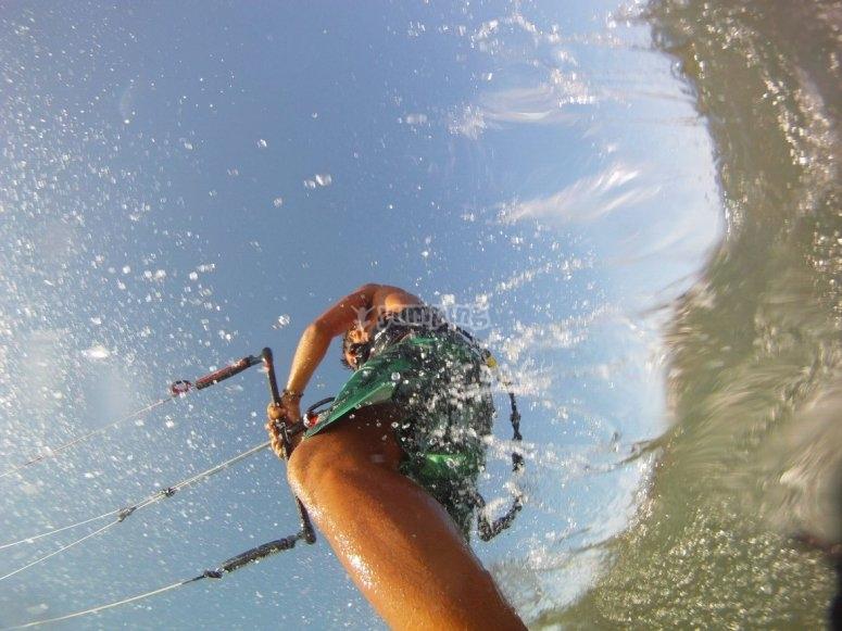 Volando sobre el agua kitesurf en Denia