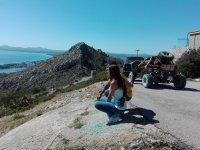 Agachados junto al buggy mirando en paisaje