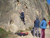 两名登山者开始爬升