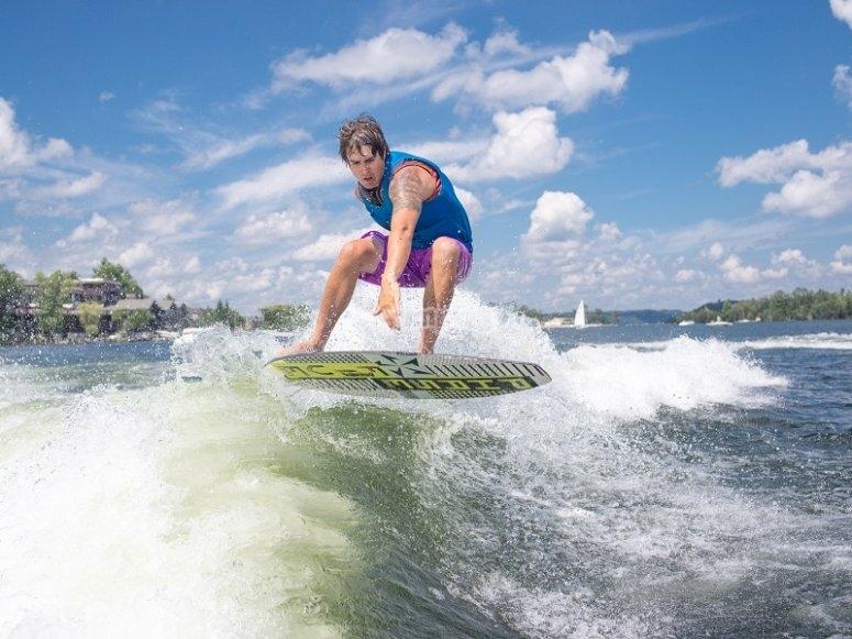 Chico practicando wakeboard