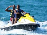 Chicos compartiendo moto nautica