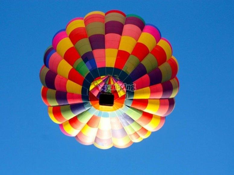 从地面上观看气球