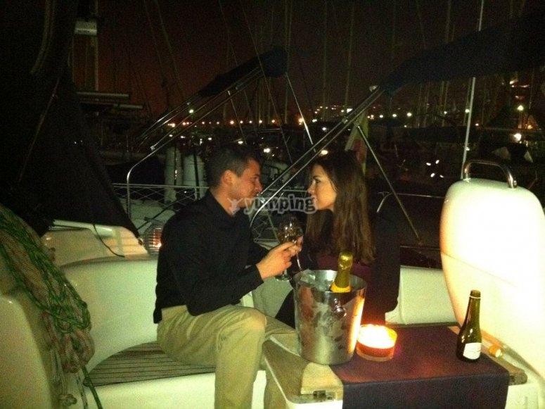 Pareja brindando en el barco