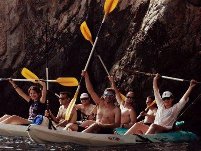 热带海岸沿岸的游轮和皮划艇钓鱼