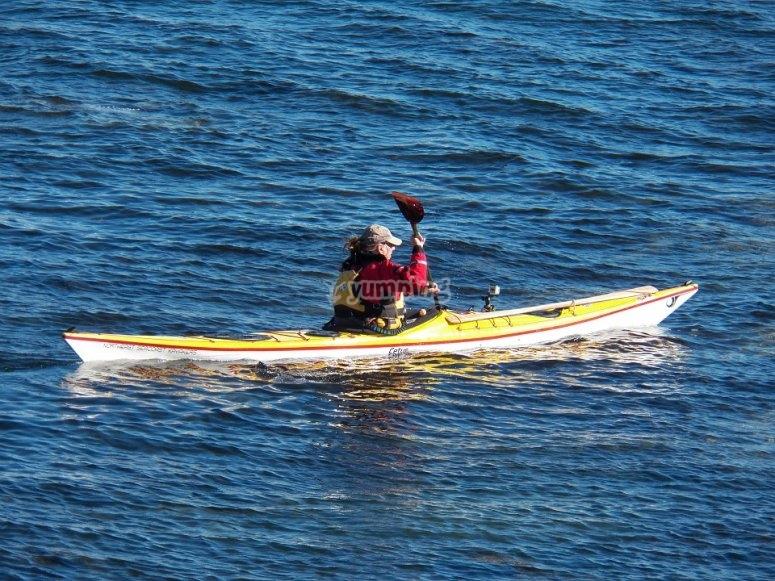 男子在地上享受皮划艇
