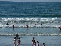 Practicando surf en la playa de Hondarribia