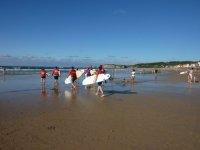 Entrando al mar con las tablas de surf
